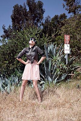 Posende junge Frau - p930m814882 von Phillip Gätz
