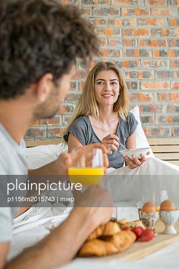 Paar frühstückt im Bett - p1156m2015743 von miep