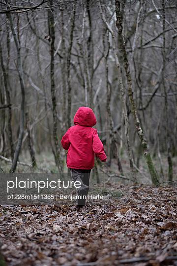 Little boy in a red coat - p1228m1511365 by Benjamin Harte