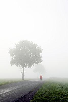 Jogger im Nebel - p1494m2008314 von Inkje Drescher
