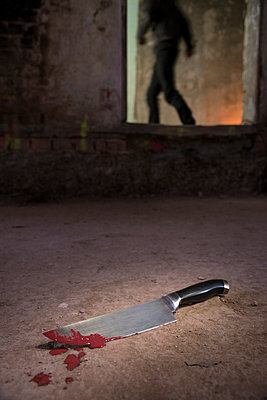 Blood-smeared knife on floor - p335m1041628 by Andreas Körner