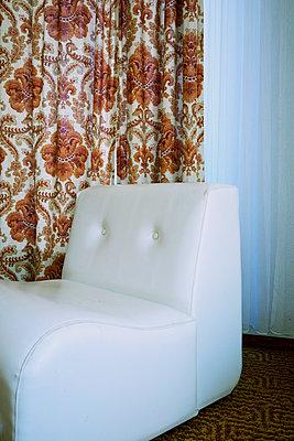 weißer Sessel und Mustervorhang - p606m2008391 von Iris Friedrich
