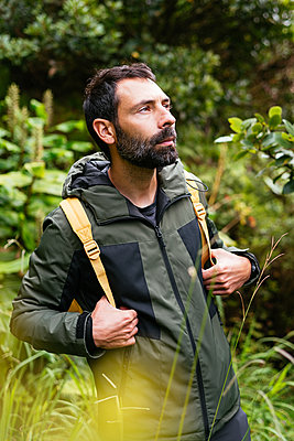 Young man backpacking enjoying nature - p1166m2218095 by Cavan Images