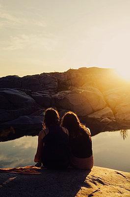 Freundinnen genießen einen Sommerabend - p1556m2132315 von Alma Vestlund