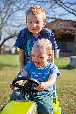 Traktorfahrt - p238m1592114 von Anja Bäcker