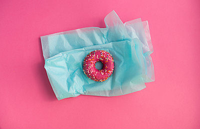 Doughnut with pink icing and colourful sugar granules - p300m2041600 by VITTA GALLERY