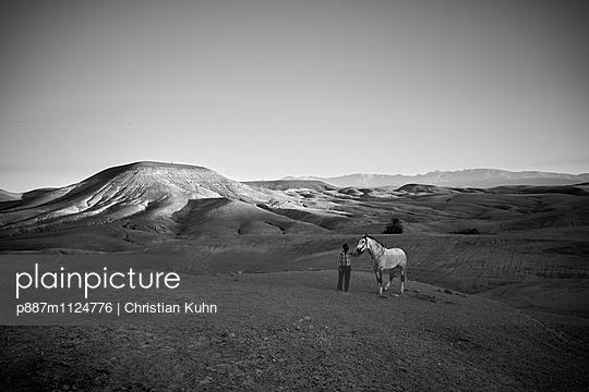Mann mit Pferd - p887m1124776 von Christian Kuhn