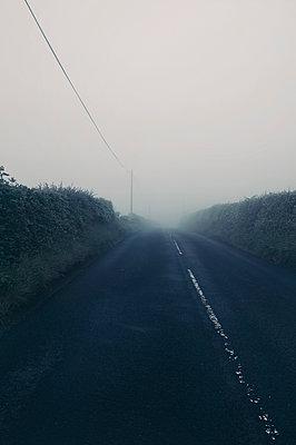 Foggy road on the Isle of Arran - Scotland - p470m2128868 by Ingrid Michel