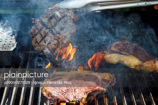Close up of grilled steaks - p300m2275328 by Ignacio Ferrándiz Roig