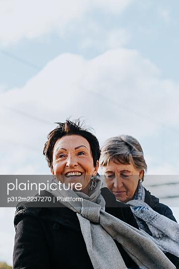 Smiling woman looking away - p312m2237270 by Plattform