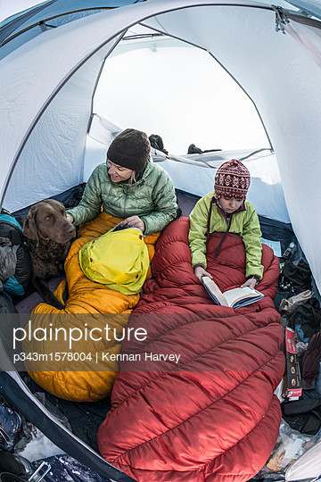 plainpicture - plainpicture p343m1578004 - Mother and daughter camping... - plainpicture/Aurora Photos/Kennan Harvey