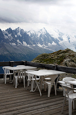 Restaurant patio with alpine landscape - p3882946 by Ulrike Leyens