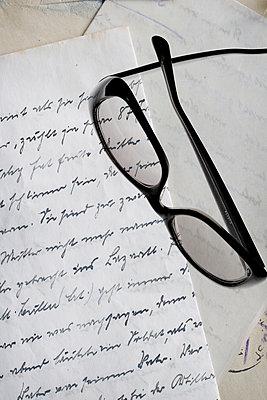 Brille auf einem alten Brief     - p450m1223301 von Hanka Steidle