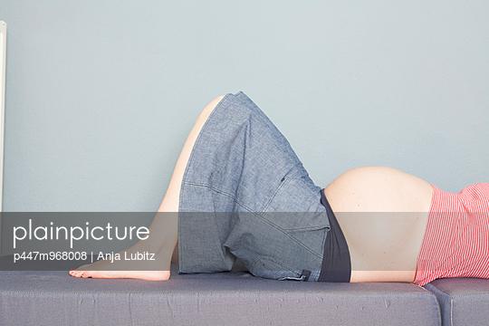 Neun Monate - p447m968008 von Anja Lubitz