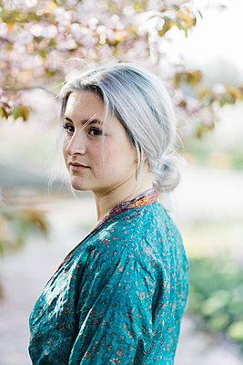 Junge Frau mit grauen Haaren im Kimono - p1437m1584889 von Achim Bunz