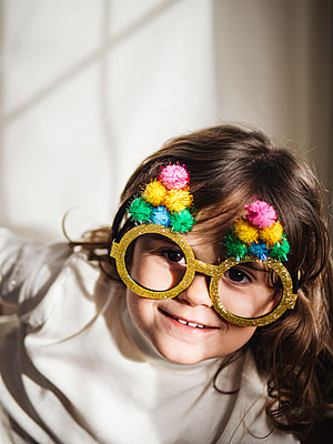 Little girl with Christmas glasses - p1522m2142653 by Almag