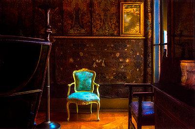 Blauer Stuhl - p1693m2294974 von Fran Forman