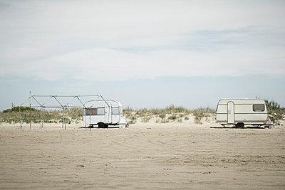 Wohnwagen am Strand - p415m698224 von Tanja Luther