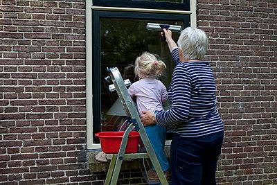 Gemeinsam Fenster putzen - p896m836155 von Anke Teunissen