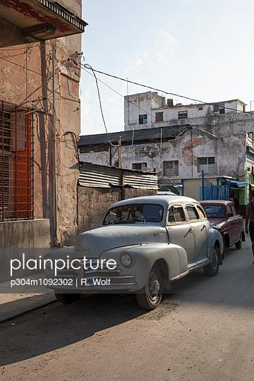 Vintage car in Havana - p304m1092302 by R. Wolf