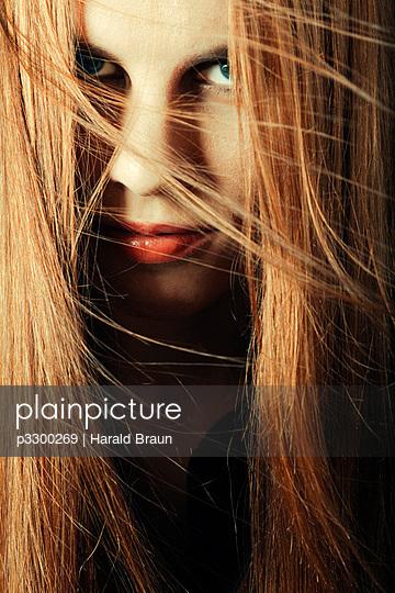 Frauenportrait - p3300269 von Harald Braun