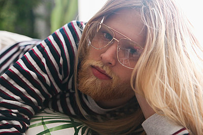 Portrait of bearded young man with long blond hair wearing spectacles - p300m1470116 by Retales Botijero