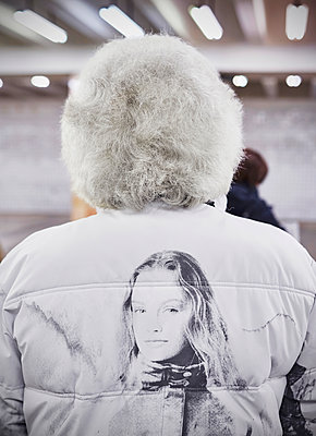 Rückenansicht von einer Frau in der U-Bahn - p390m1214583 von Frank Herfort