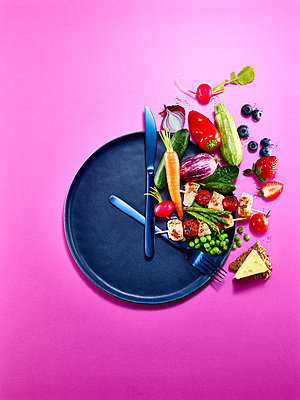 Healthy food, intermittent fasting, symbolic image - p851m2245541 by Lohfink