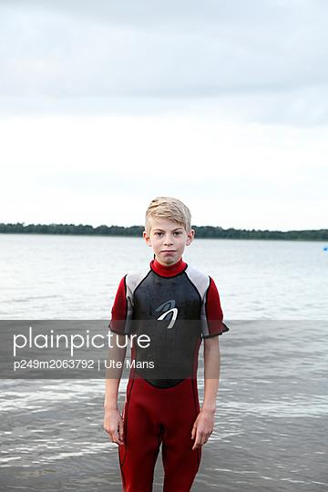 Portrait am See - p249m2063792 von Ute Mans