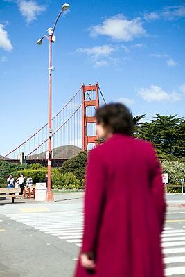 Passantin an der Golden Gate Bridge - p1094m900201 von Patrick Strattner
