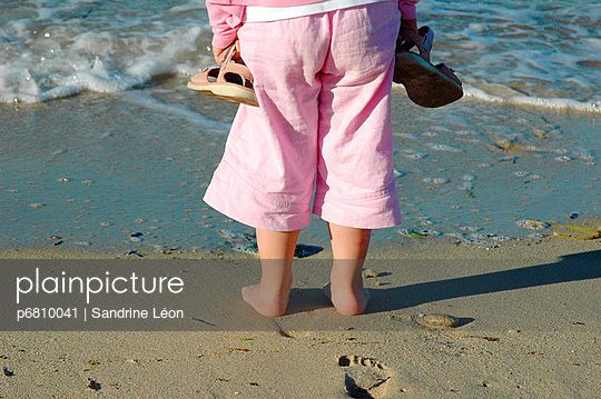 Little girl dressed in pink front of the sea - p6810041 by Sandrine Léon