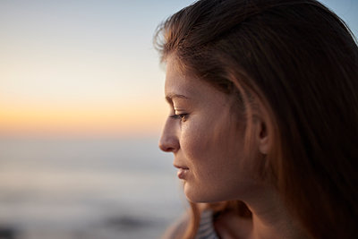 Portrait of young woman at sunset - p1124m1503673 by Willing-Holtz