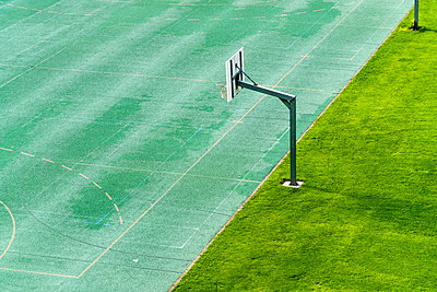 Basket at basketball field, Lucerne, Switzerland - p343m2032411 by Tamboly Photodesign