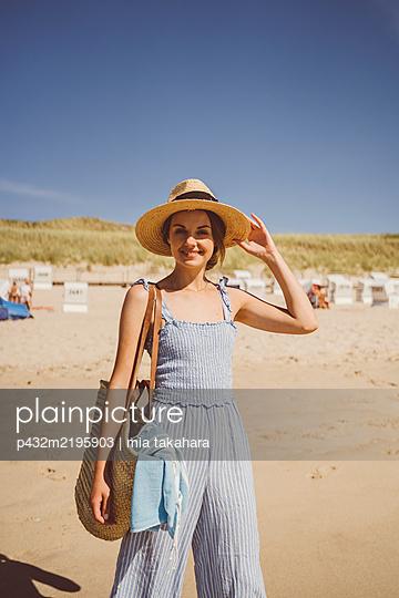 Junge Frau genießt Zeit am Meer - p432m2195903 von mia takahara
