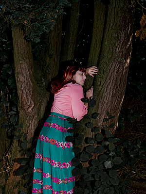 Woman leaning on tree - p1279m2133568 by Ulrike Piringer