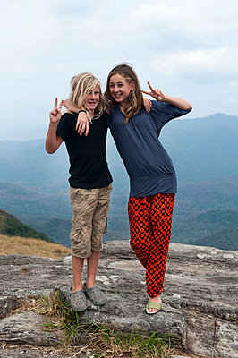 Portrait of two teenagers showing victory sign - p575m711017f by Fredrik Schlyter