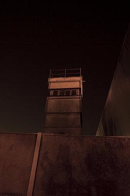 wachturm an der Berliner mauer, mauergedenkstaette bernauerstrasse - p627m1035203 von Chris Keller