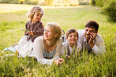 Familienportrait im Gras - p796m2092706 von Andrea Gottowik