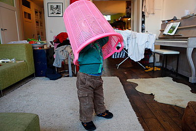 Kind albert mit Wäschekorb herum - p896m835828 von Anke Teunissen