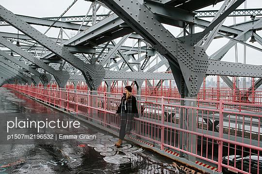 Woman on Williamsburg Bridge at winter, New York City - p1507m2196532 by Emma Grann