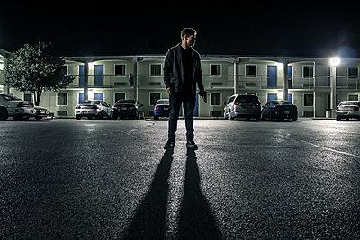 Mann nachts auf einer Straße - p1019m1424632 von Stephen Carroll