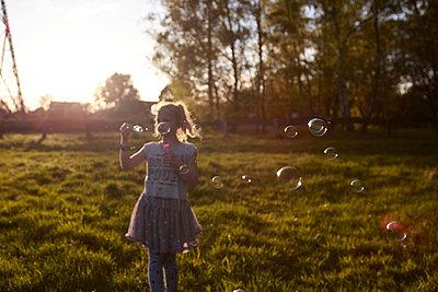 Mädchen mit Seifenblasen - p1348m1477646 von HANDKE + NEU