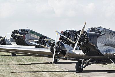 Alte Propellerflugzeuge - p587m1222993 von Spitta + Hellwig