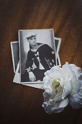 Stapel alter Fotos eines jungen Soldaten - p946m938938 von Maren Becker