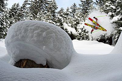 Skifahrer im Sprung, St. Anton am Arlberg, Tirol, Österreich - p1316m1160960 von Michael Neumann