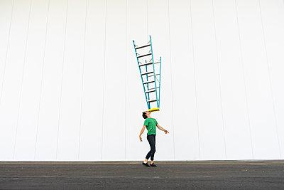 Acrobat balancing ladder on his face - p300m2012368 von VITTA GALLERY