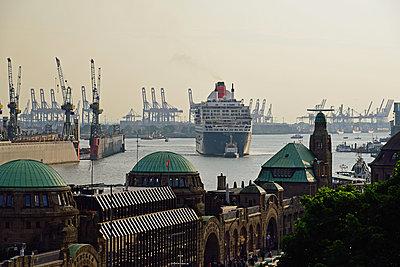 Queen Mary 2 vor der Hafenkulisse - p324m1195625 von Bildagentur Hamburg