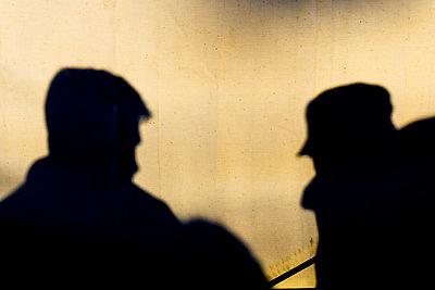 Silhouette zwei Männer - p979m1088559 von Martin Kosa