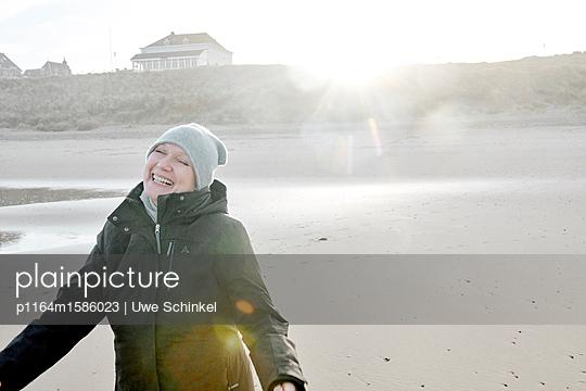 Frau am Strand - p1164m1586023 von Uwe Schinkel