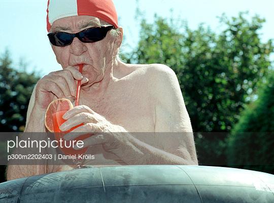 Senior man drinking juice - p300m2202403 by Daniel Krölls